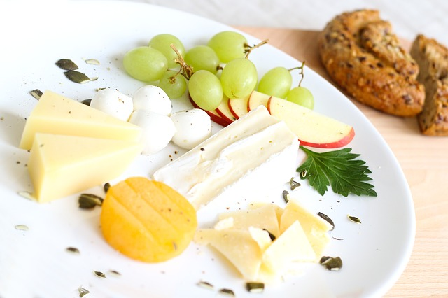 sýrový talíř s ovocem
