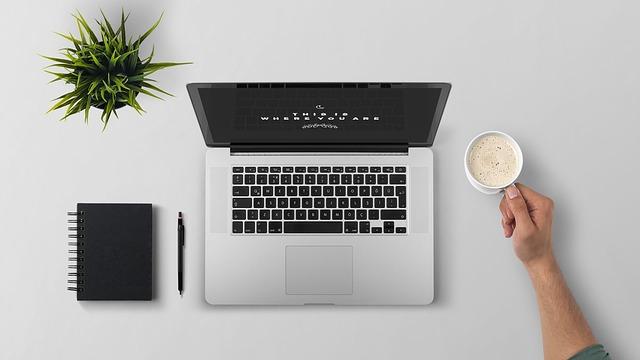 občerstvení u laptopu