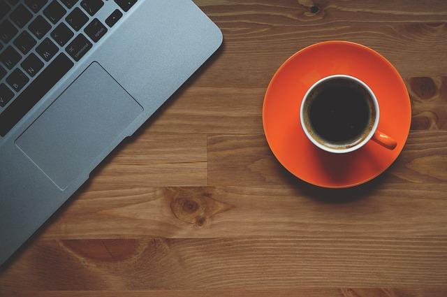 černá káva u notebooku